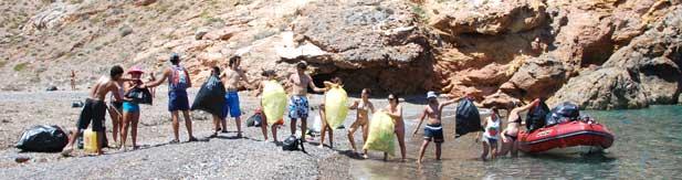 Voluntarios limpiando playas
