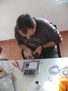 Uno de los anilladores voluntarios toma medidas de un ave