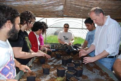 Voluntarios repicando vegetación de ribera /ANSE