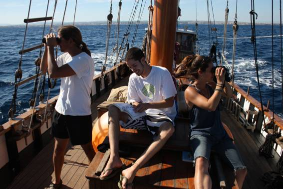 Voluntarios a bordo del Else