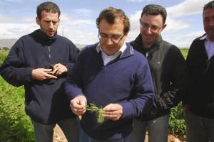 Agricultores visitando una explotación