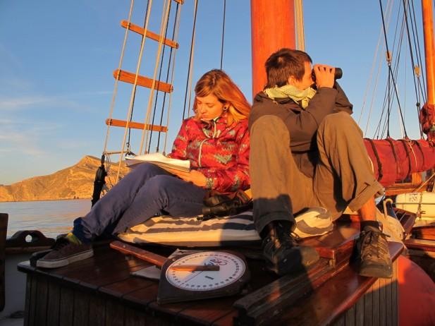 Voluntarios tomando datos a bordo. Al fondo se aprecia Cabo Cope. Foto: J. L. Murcia/ANSE.