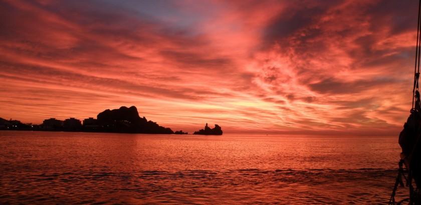 Impresionante amanecer rojizo al salir del puerto de Águilas (J. L. Murcia/ANSE)