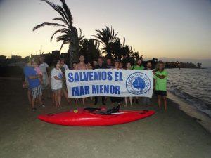 Recibimiento de Carlos Peña en la playa de Los Urrutias, al final de la travesía (J.L. Villaescusa/ANSE)