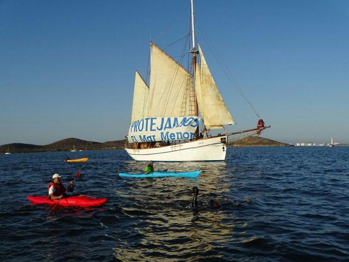 Carlos Peña y velero Else a su paso junto a Isla Perdiguera (P.García/ANSE)