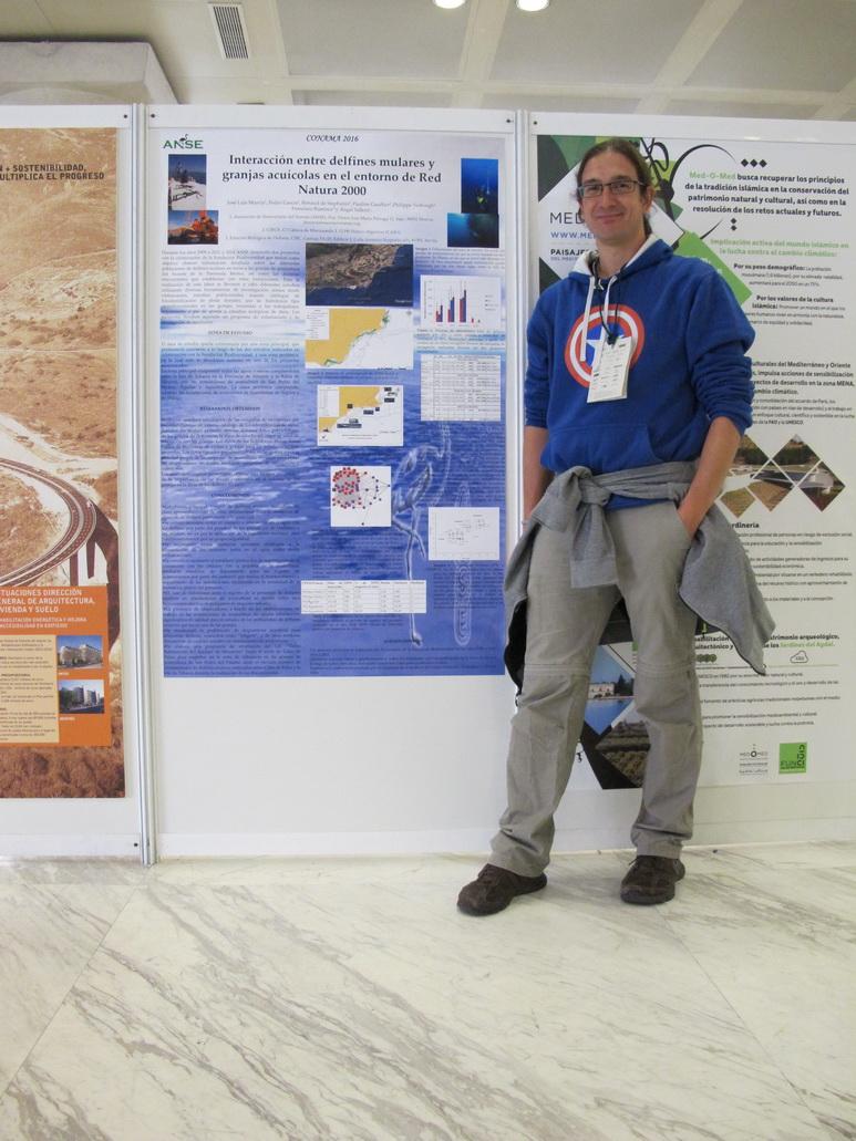 Uno de los autores frente al póster presentado por ANSE (Foto: ANSE)