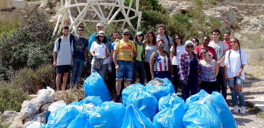 Basuras y voluntarios junto a fuerte