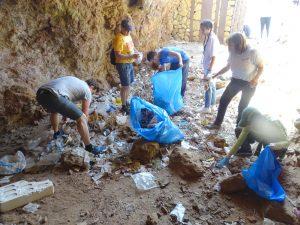 Recogiendo basuras en cueva bajo Fuerte de Navidad