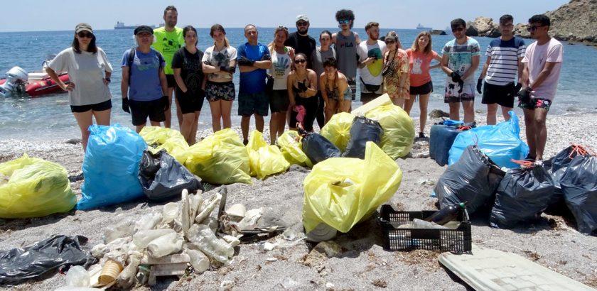 Grupo con basuras en Torrosa